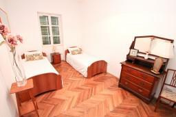 Спальня. Черногория, Селяново : Большой 2-х этажный апартамент для 6 человек, с 3-мя отдельными спальнями, с гостиной и большой кухней, с 3-мя ванными комнатами, с балконом с шикарным видом на море, 20 метров до пляжа