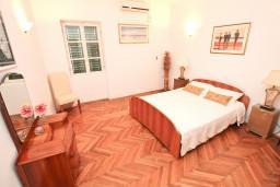 Спальня 2. Черногория, Селяново : Большой 2-х этажный апартамент для 6 человек, с 3-мя отдельными спальнями, с гостиной и большой кухней, с 3-мя ванными комнатами, с балконом с шикарным видом на море, 20 метров до пляжа