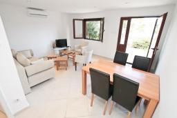 Гостиная. Черногория, Крашичи : Апартамент для 4-6 человек, с большой гостиной, с 2-мя отдельными спальнями, с террасой с видом на море, 50 метров до пляжа