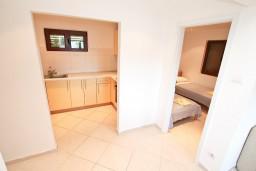 Коридор. Черногория, Крашичи : Апартамент для 4-6 человек, с большой гостиной, с 2-мя отдельными спальнями, с террасой с видом на море, 50 метров до пляжа