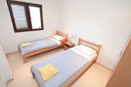 Спальня 2. Черногория, Крашичи : Апартамент для 4-6 человек, с большой гостиной, с 2-мя отдельными спальнями, с террасой с видом на море, 50 метров до пляжа