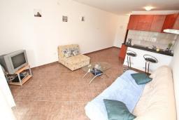 Гостиная. Черногория, Бигова : Апартамент с отдельной спальней, большой гостиной, с балконом с шикарным видом на море, 20 метров до пляжа