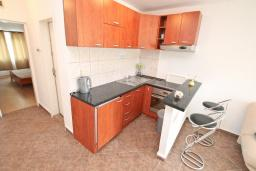 Кухня. Черногория, Бигова : Апартамент с отдельной спальней, большой гостиной, с балконом с шикарным видом на море, 20 метров до пляжа