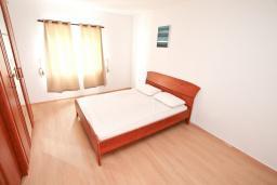Спальня. Черногория, Бигова : Апартамент с отдельной спальней, большой гостиной, с балконом с шикарным видом на море, 20 метров до пляжа