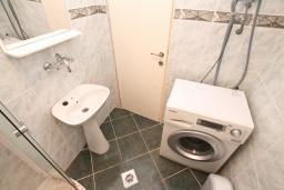 Ванная комната. Черногория, Бигова : Апартамент с отдельной спальней, большой гостиной, с балконом с шикарным видом на море, 20 метров до пляжа