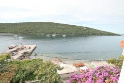 Вид на море. Черногория, Бигова : Апартамент с отдельной спальней, большой гостиной, с балконом с шикарным видом на море, 20 метров до пляжа