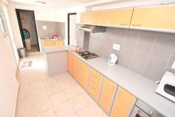 Кухня. Черногория, Бигова : Дом в Бигова, площадью 200м2 с 4-мя отдельными спальнями, с большой гостиной и 2-мя кухнями, с 2-мя ванными комнатами, с 2-мя балконами и террасой с видом на море, 100 метров до пляжа