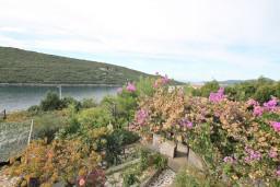 Вид на море. Черногория, Бигова : Дом в Бигова, площадью 200м2 с 4-мя отдельными спальнями, с большой гостиной и 2-мя кухнями, с 2-мя ванными комнатами, с 2-мя балконами и террасой с видом на море, 100 метров до пляжа