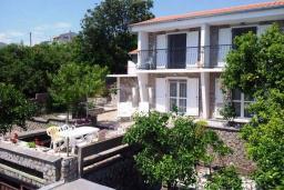 Фасад дома. Черногория, Бигова : Дом в Бигова, площадью 200м2 с 4-мя отдельными спальнями, с большой гостиной и 2-мя кухнями, с 2-мя ванными комнатами, с 2-мя балконами и террасой с видом на море, 100 метров до пляжа