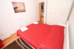 Спальня. Черногория, Пржно / Милочер : Современный апартамент с отдельной спальней, с балконом