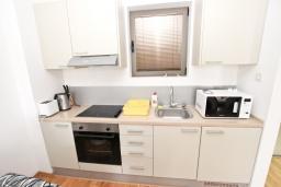 Кухня. Черногория, Пржно / Милочер : Современный апартамент с отдельной спальней, с балконом