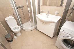 Ванная комната. Черногория, Пржно / Милочер : Современный апартамент с отдельной спальней, с террасой