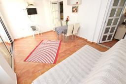 Гостиная. Черногория, Добра Вода : Апартамент для 4-5 человек, с 2-мя отдельными спальнями, с балконом с шикарным видом на море, возле пляжа