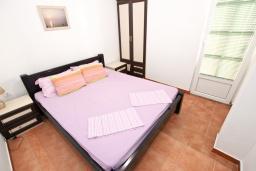 Спальня. Черногория, Добра Вода : Апартамент для 4-5 человек, с 2-мя отдельными спальнями, с балконом с шикарным видом на море, возле пляжа