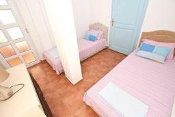 Спальня 2. Черногория, Добра Вода : Апартамент для 4-5 человек, с 2-мя отдельными спальнями, с балконом с шикарным видом на море, возле пляжа