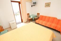 Спальня. Черногория, Риека Режевичи : Комната для 2-3 человек, с террасой с видом на море