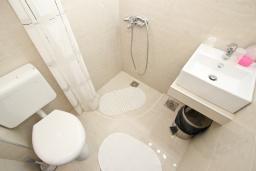 Ванная комната. Черногория, Риека Режевичи : Студия для 2-3 человек, с террасой с видом на море
