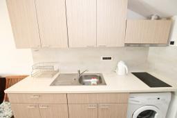 Кухня. Черногория, Риека Режевичи : Апартамент с отдельной спальней, с террасой