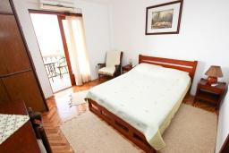 Спальня. Черногория, Риека Режевичи : Студия с балконом с видом на море на вилле с бассейном