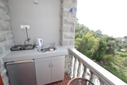 Кухня. Черногория, Риека Режевичи : Студия с балконом с видом на море на вилле с бассейном