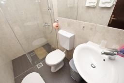 Ванная комната. Черногория, Риека Режевичи : Апартамент с отдельной спальней, с террасой с видом на море