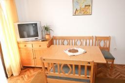 Гостиная. Черногория, Риека Режевичи : Апартамент с отдельной спальней, с балконом с видом на море
