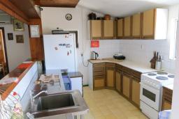 Кухня. Черногория, Риека Режевичи : Апартамент для 4 человек, с большой гостиной, с 2-мя отдельными спальнями, с террасой с видом на море