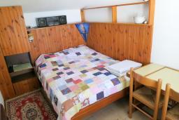 Спальня. Черногория, Риека Режевичи : Апартамент для 4 человек, с большой гостиной, с 2-мя отдельными спальнями, с террасой с видом на море