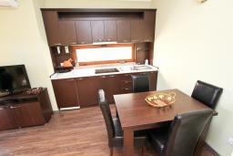 Кухня. Черногория, Сутоморе : Апартамент с отдельной спальней, с террасой и балконом