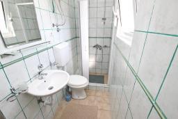 Ванная комната. Черногория, Булярица : Апартамент для 4-5 человек, с 2-мя отдельными спальнями, с 2-мя ванными комнатами, с балконом с видом на море, 100 метров до пляжа