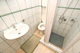 Ванная комната 2. Черногория, Булярица : Апартамент для 4-5 человек, с 2-мя отдельными спальнями, с 2-мя ванными комнатами, с балконом с видом на море, 100 метров до пляжа