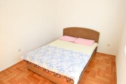 Спальня. Черногория, Сутоморе : Апартамент для 4-5 человек, с 2-мя отдельными спальнями, с балконом с видом на море