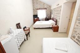 Спальня. Черногория, Пржно / Милочер : Комната для 3-4 человек, с общей террасой с шикарным видом на море, возле пляжа