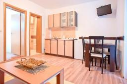Кухня. Черногория, Бечичи : Апартамент с отдельной спальней, с террасой