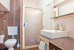 Ванная комната. Черногория, Бечичи : Апартамент для 4-5 человек, с 2-мя отдельными спальнями, с террасой