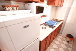Кухня. Черногория, Будва : Апартамент для 4-5 человек, с 2-мя отдельными спальнями, с террасой