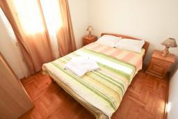 Спальня. Черногория, Будва : Апартамент для 4-5 человек, с 2-мя отдельными спальнями, с террасой