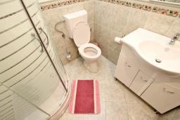 Ванная комната. Черногория, Будва : Апартамент для 4-5 человек, с 2-мя отдельными спальнями, с террасой