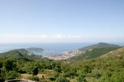 Вид на море. Черногория, Будва : Дом в Лапчичи с просторной гостиной, с 4-мя отдельными спальнями, с 2-мя ванными комнатами, с большой террасой с шикарным видом на море, с бассейном, с камином, с местом для барбекю
