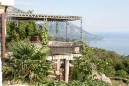 Фасад дома. Черногория, Будва : Дом в Лапчичи с просторной гостиной, с 4-мя отдельными спальнями, с 2-мя ванными комнатами, с большой террасой с шикарным видом на море, с бассейном, с камином, с местом для барбекю