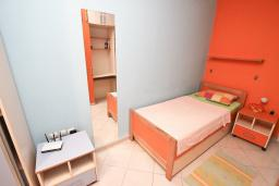 Спальня. Черногория, Петровац : Апартамент для 8-10 человек, с 4-мя отдельными спальнями, с 2-мя гостиными, c 2-мя ванными комнатами, с огромной террасой