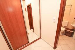 Коридор. Черногория, Петровац : Апартамент для 8-10 человек, с 4-мя отдельными спальнями, с 2-мя гостиными, c 2-мя ванными комнатами, с огромной террасой