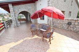 Терраса. Черногория, Утеха : Огромный дом в Утехе с 7-ю отдельными спальнями, c 4-мя ванными комнатами, с 3-мя огромными террасами с шикарным видом на море, 100 метров до пляжа, с большой зеленой территорией, с местом для барбекю, несколько мест для парковки
