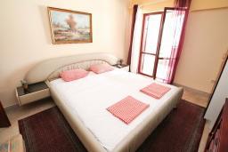 Спальня. Черногория, Герцег-Нови : Большой дом в Герцег-Нови (Савина) с 10-ю спальнями, с 3-мя ванными комнатами, с бассейном, с беседкой, с местом для барбекю, с террасой и балконом с шикарным видом на море