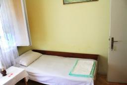 Спальня. Черногория, Герцег-Нови : Дом в Герцег-Нови (Старый город) с 3-мя отдельными спальнями, с 2-мя балконами с шикарным видом на море, 150 метров до пляжа