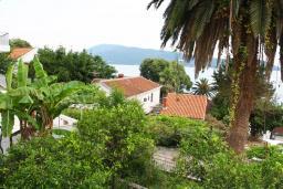 Вид. Черногория, Герцег-Нови : Дом в Герцег-Нови (Старый город) с 3-мя отдельными спальнями, с 2-мя балконами с шикарным видом на море, 150 метров до пляжа