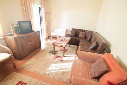 Гостиная. Черногория, Риека Режевичи : Апартамент для 4-6 человек, с 2-мя отдельными спальнями, с 2-мя ванными комнатами, с террасой с видом на море