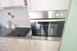 Кухня. Черногория, Риека Режевичи : Апартамент для 4-6 человек, с 2-мя отдельными спальнями, с 2-мя ванными комнатами, с балконом с видом на море