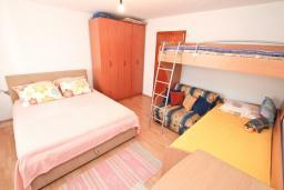 Спальня. Черногория, Дженовичи : Апартамент с отдельной спальней, с террасой, 30 метров до моря