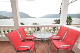 Вид на море. Черногория, Герцег-Нови : Апартамент для 5 человек, с 2-мя отдельными спальнями, с 2-мя балконами с шикарным видом на море, возле пляжа